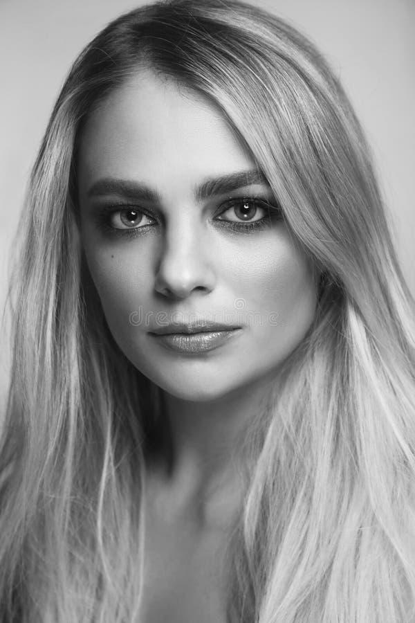 Retrato blanco y negro de la mujer hermosa con maquillaje ahumado del ojo imagen de archivo