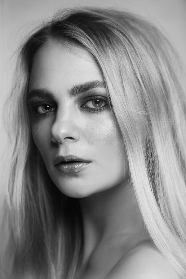 Retrato blanco y negro de la mujer hermosa con maquillaje ahumado del ojo fotografía de archivo libre de regalías