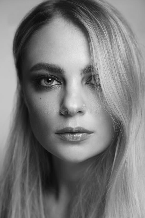 Retrato blanco y negro de la mujer hermosa con maquillaje ahumado del ojo imagenes de archivo