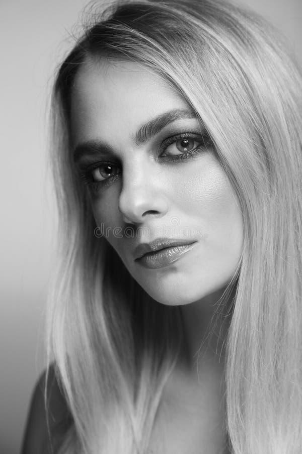 Retrato blanco y negro de la mujer hermosa con maquillaje ahumado del ojo imagen de archivo libre de regalías