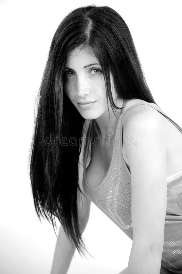 Retrato blanco y negro de la mujer linda con las pecas fotos de archivo