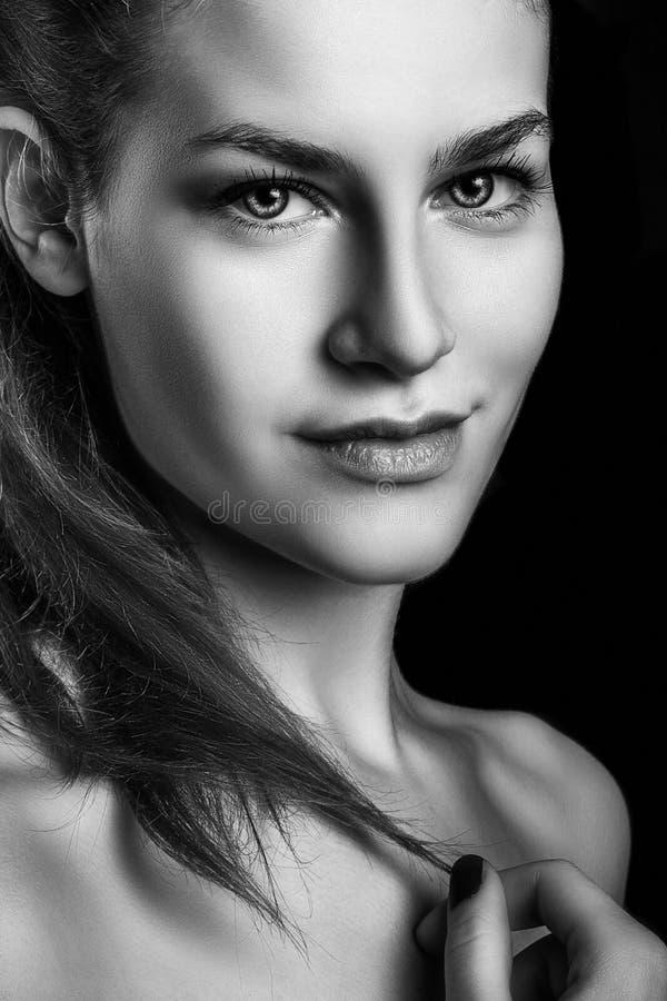 Retrato blanco y negro de la sonrisa de la mujer hermosa del encanto imagenes de archivo