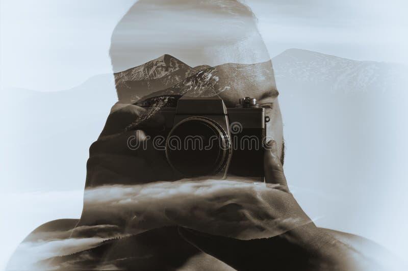 Retrato blanco y negro de un hombre con una cámara fotografía de archivo libre de regalías