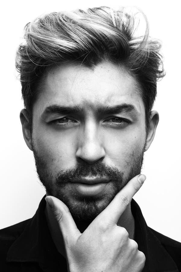 Retrato blanco y negro de un hombre pensativo fotografía de archivo libre de regalías