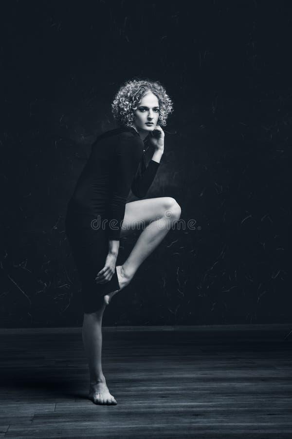 Retrato blanco y negro de un modelo triste del individuo del transexual con los ojos azules y el pelo rubio en la imagen de una m foto de archivo