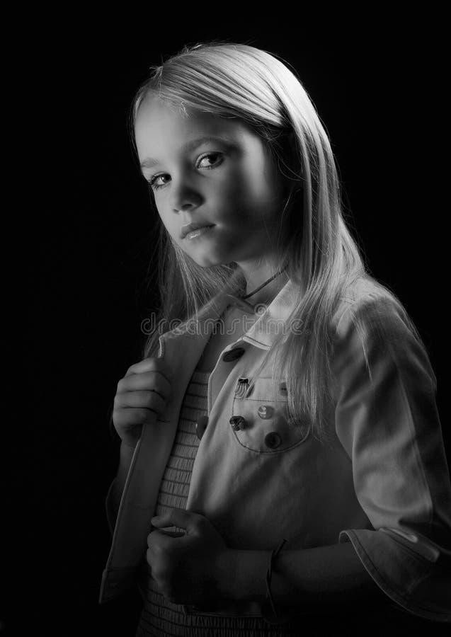 Retrato blanco y negro de una muchacha fotos de archivo