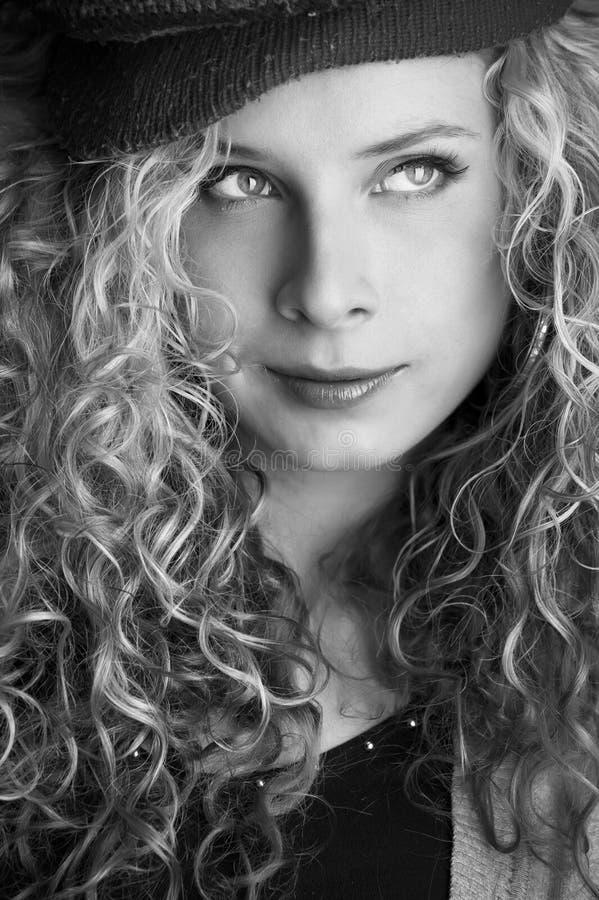 Retrato blanco y negro de una muchacha hermosa joven fotos de archivo