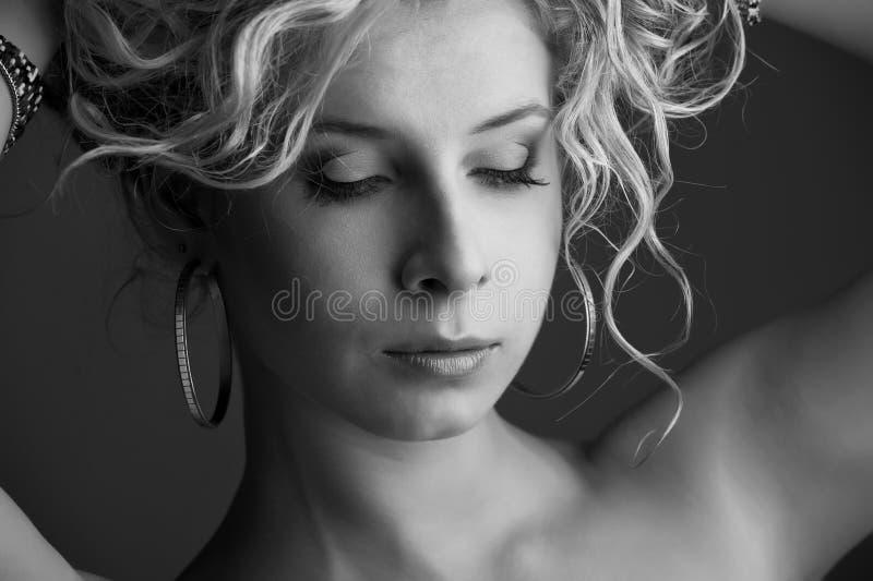 Retrato blanco y negro de una muchacha hermosa joven foto de archivo