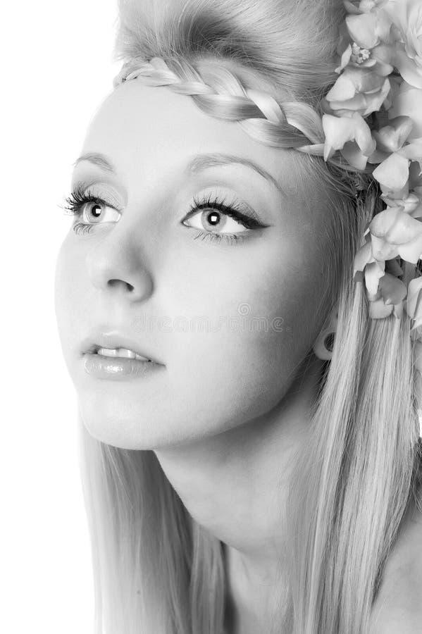 Retrato blanco y negro de una muchacha hermosa joven imagenes de archivo