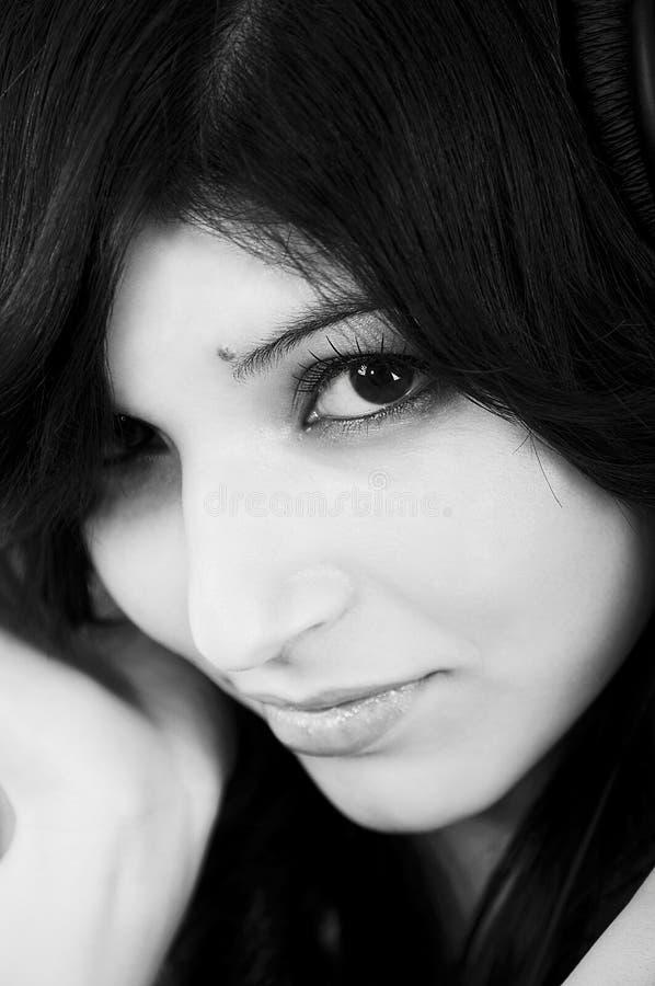 Retrato blanco y negro de una mujer hermosa fotos de archivo