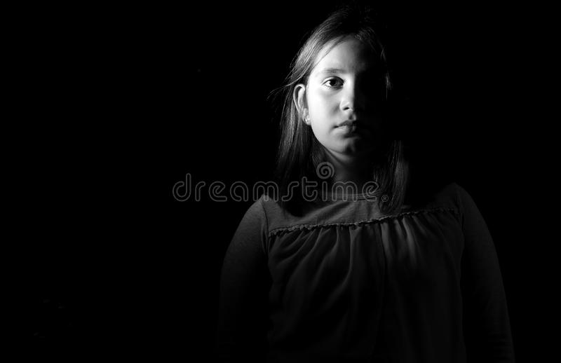 Retrato blanco y negro de una niña foto de archivo