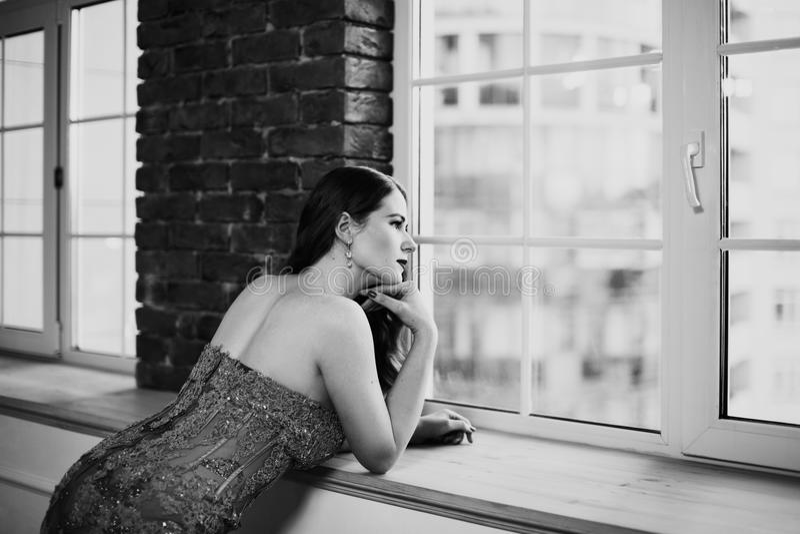 Retrato blanco y negro del arte de la mujer hermosa pensativa fotos de archivo libres de regalías