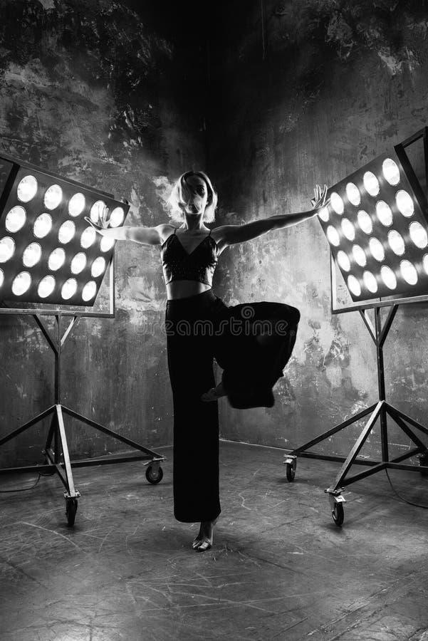 Retrato blanco y negro del bailarín rubio atractivo hermoso de la mujer joven fotografía de archivo libre de regalías