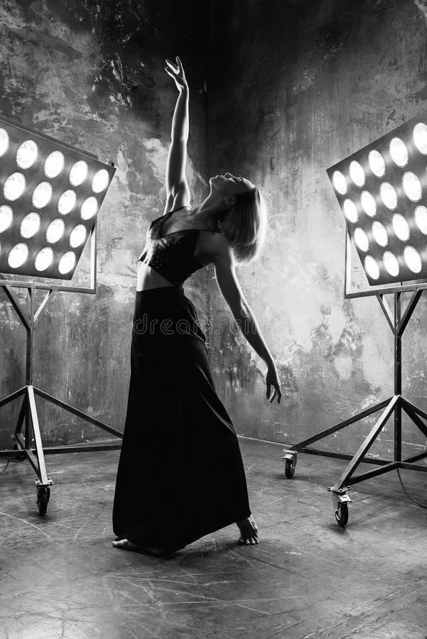 Retrato blanco y negro del bailarín rubio atractivo hermoso de la mujer joven imágenes de archivo libres de regalías