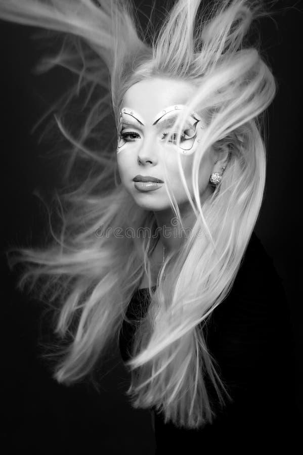 Retrato blanco y negro del estudio de una muchacha linda joven foto de archivo libre de regalías