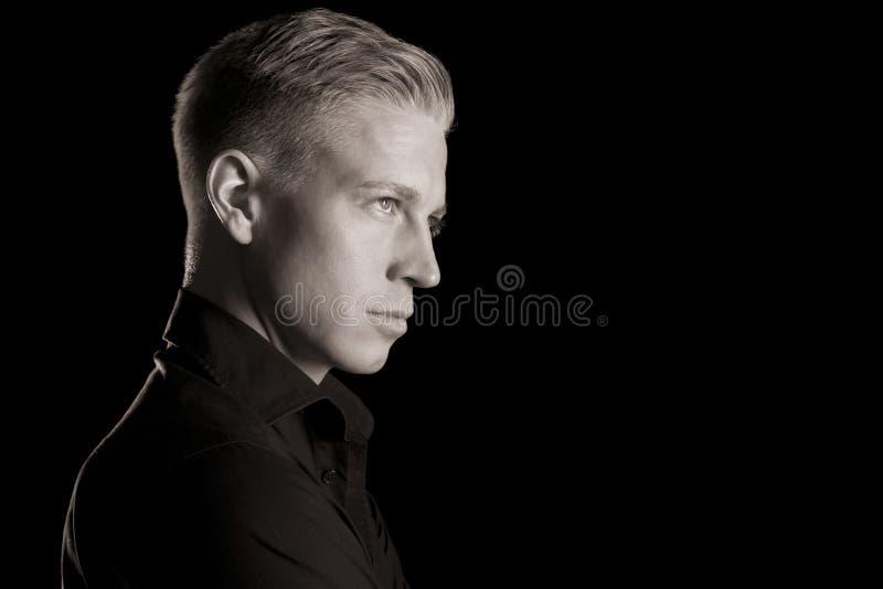 Retrato blanco y negro del perfil del hombre atractivo, oscuro. fotografía de archivo