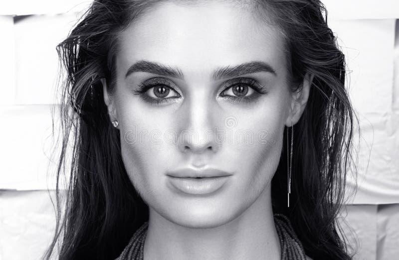 Retrato blanco y negro del primer de la belleza de la mujer joven hermosa en negro fotos de archivo
