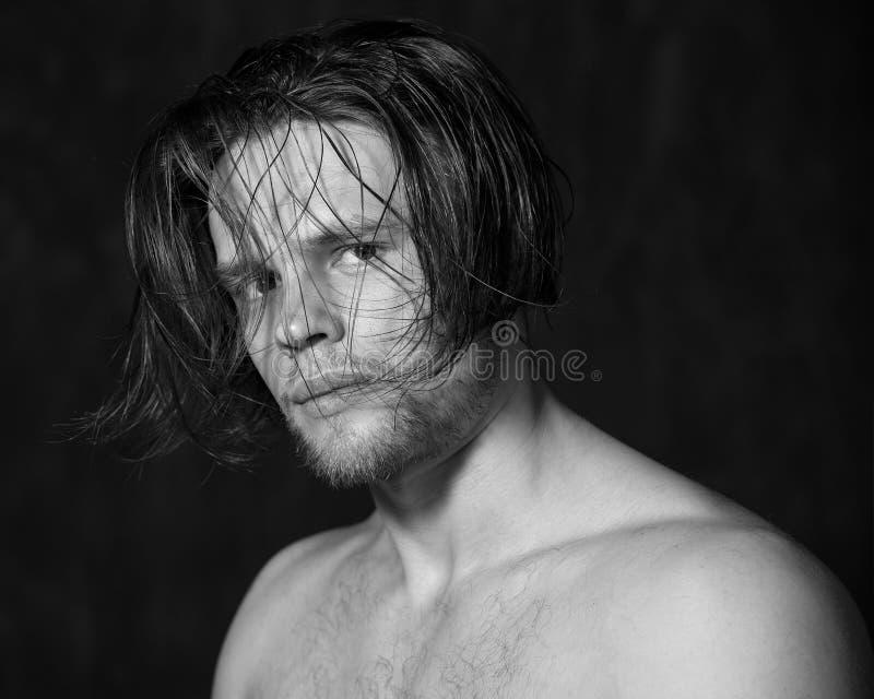 Retrato blanco y negro sensual de un hombre joven imagen de archivo