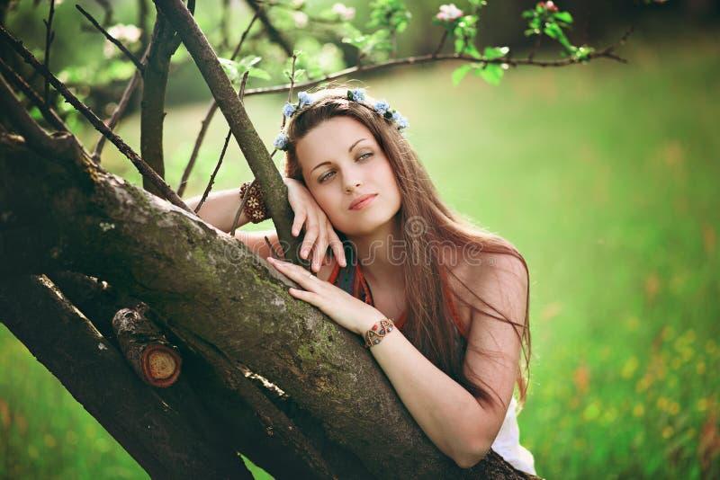Retrato boêmio da mola da mulher fotografia de stock