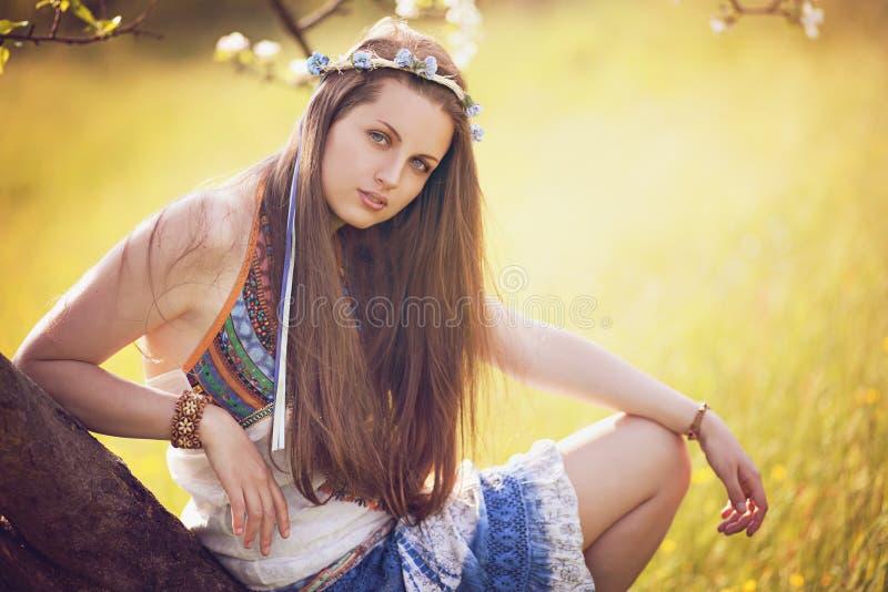 Retrato bohemio hermoso de la mujer