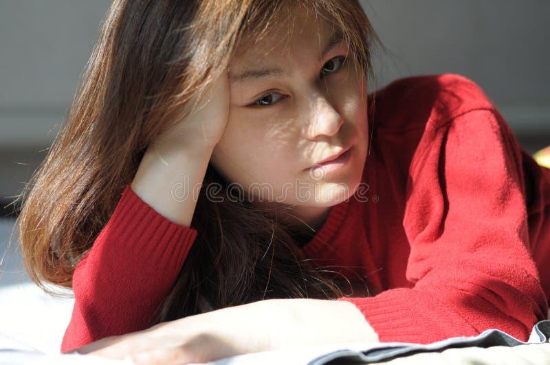 Retrato bonito asiático da menina na cama foto de stock