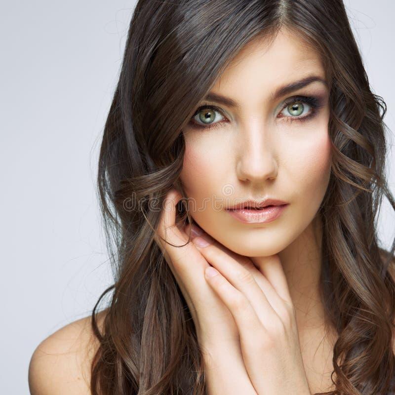 Retrato bonito da cara da mulher Touchi da mão da cara do estilo dos cuidados com a pele imagens de stock royalty free