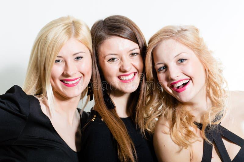 Retrato bonito da cara do close up dos amigos das mulheres da câmera de três sorriso feliz & vista imagens de stock royalty free