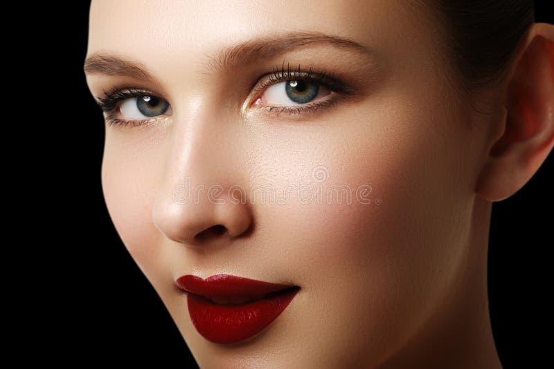 Retrato bonito da cara do modelo da mulher da forma com batom vermelho g foto de stock royalty free