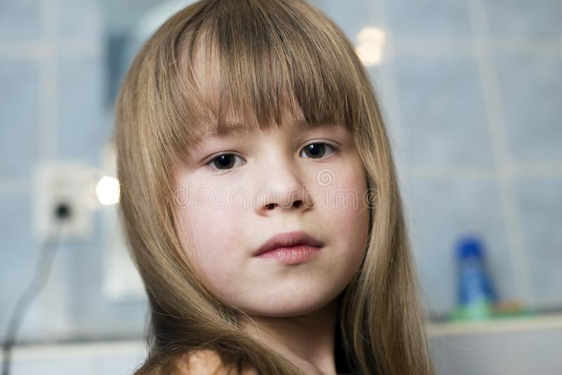 Retrato bonito da cara da menina, crian?a com olhos bonitos e cabelo justo molhado longo no fundo borrado do banheiro fotos de stock