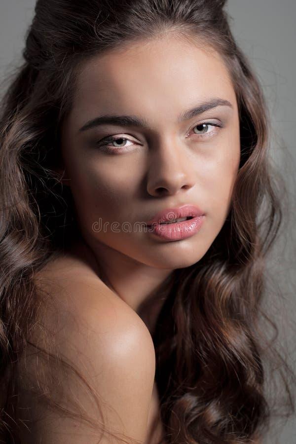 Retrato bonito da jovem mulher que olha na câmera fotografia de stock