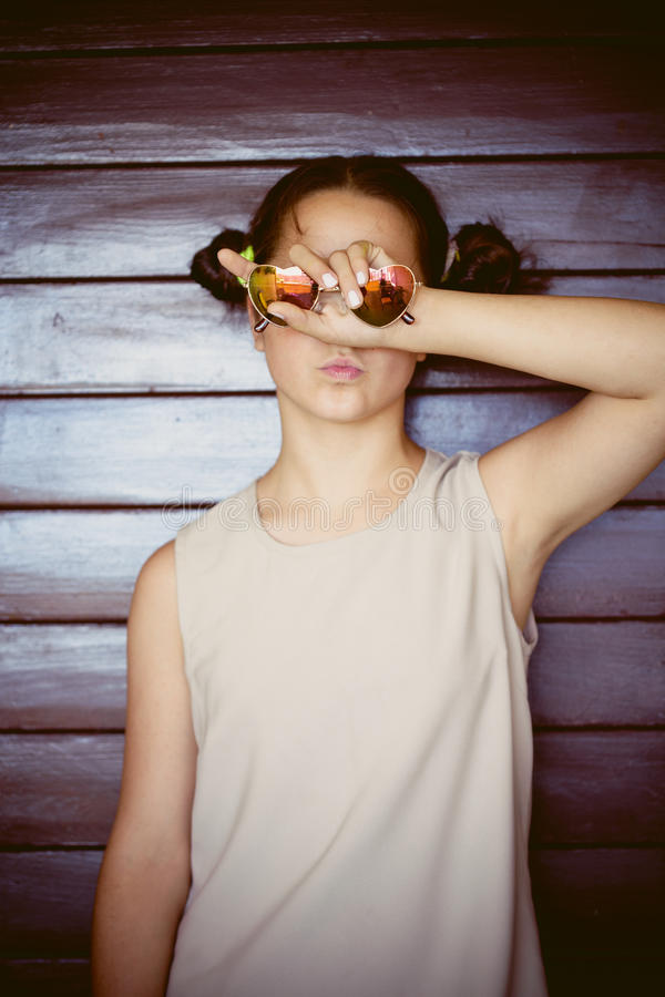 Retrato bonito da menina com óculos de sol imagem de stock royalty free