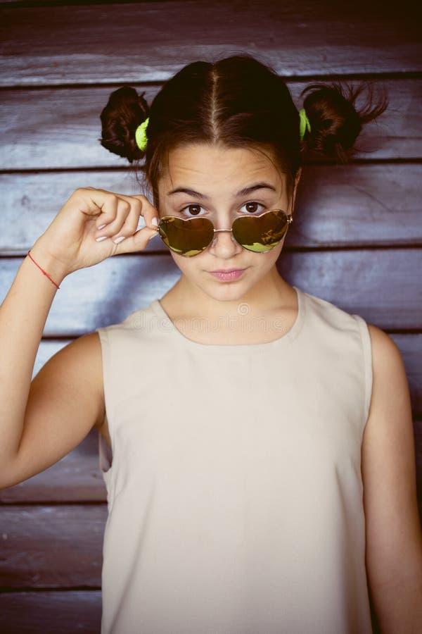 Retrato bonito da menina com óculos de sol fotos de stock royalty free