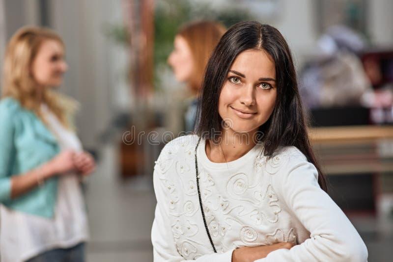 Retrato bonito da menina da alameda fotografia de stock royalty free
