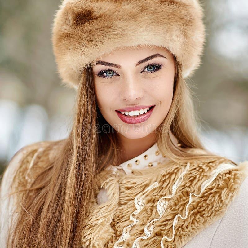 Retrato bonito da menina do inverno do russo imagem de stock