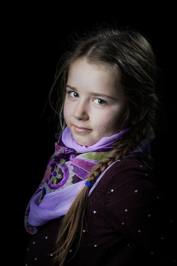 Retrato bonito da menina no fundo preto, seriamente criança fotos de stock royalty free