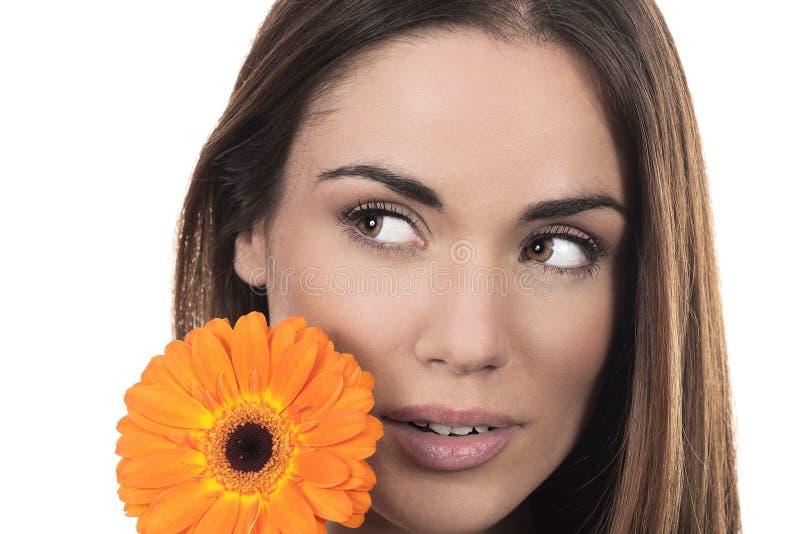 Retrato bonito da mulher com flor fotografia de stock royalty free