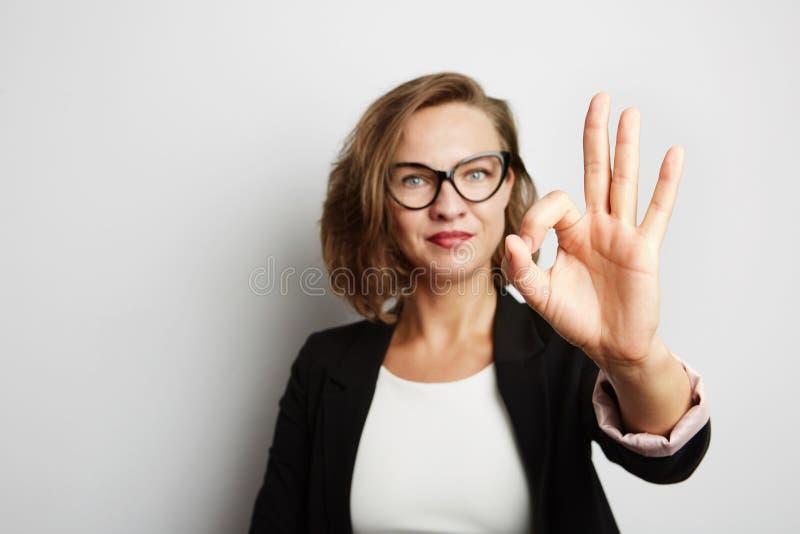 Retrato bonito da mulher de negócios Com sinal aprovado fotos de stock
