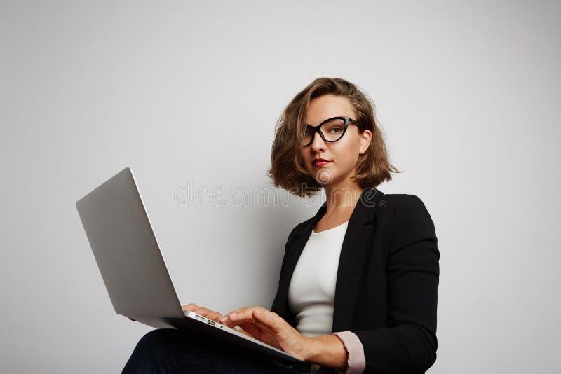 Retrato bonito da mulher de negócios Com sinal aprovado imagens de stock