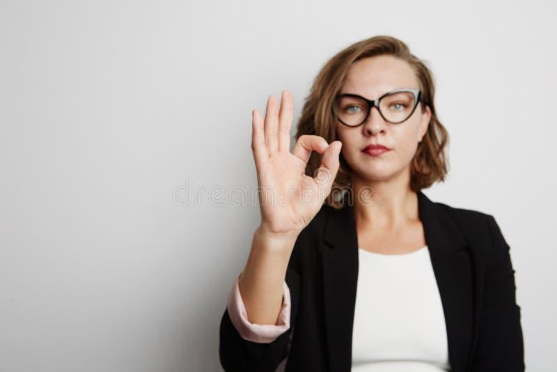 Retrato bonito da mulher de negócios Com sinal aprovado fotos de stock royalty free