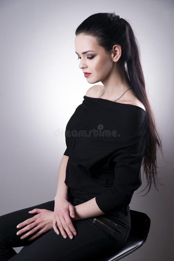 Retrato bonito da mulher em um fundo cinzento Composição profissional foto de stock