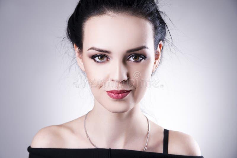 Retrato bonito da mulher em um fundo cinzento Composição profissional imagens de stock royalty free