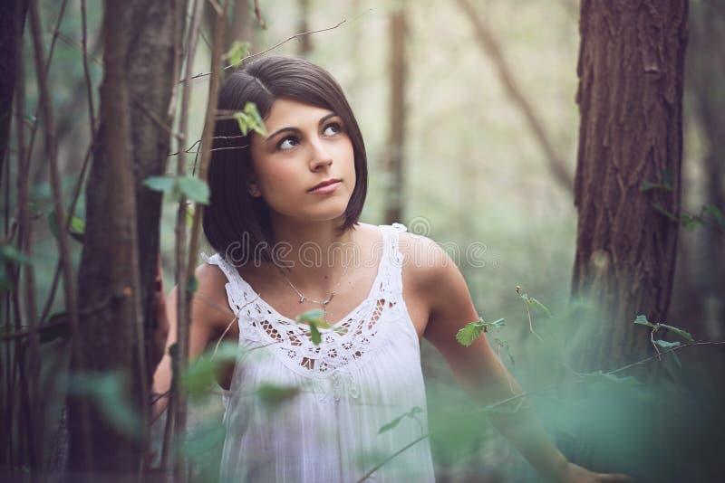 Retrato bonito da mulher na madeira imagem de stock