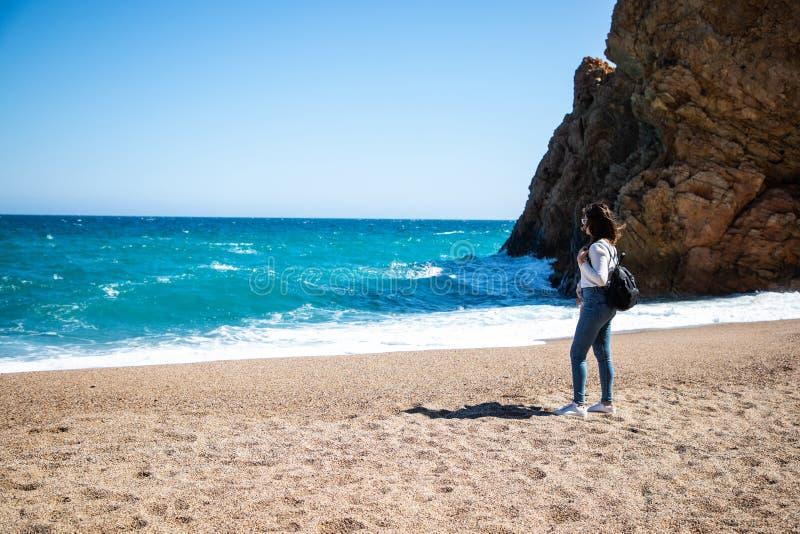 Retrato bonito da mulher na praia fotografia de stock