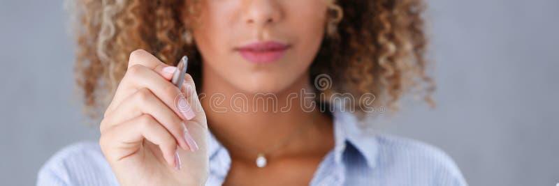 Retrato bonito da mulher negra Guarda uma pena de esferográfica em sua mão imagens de stock