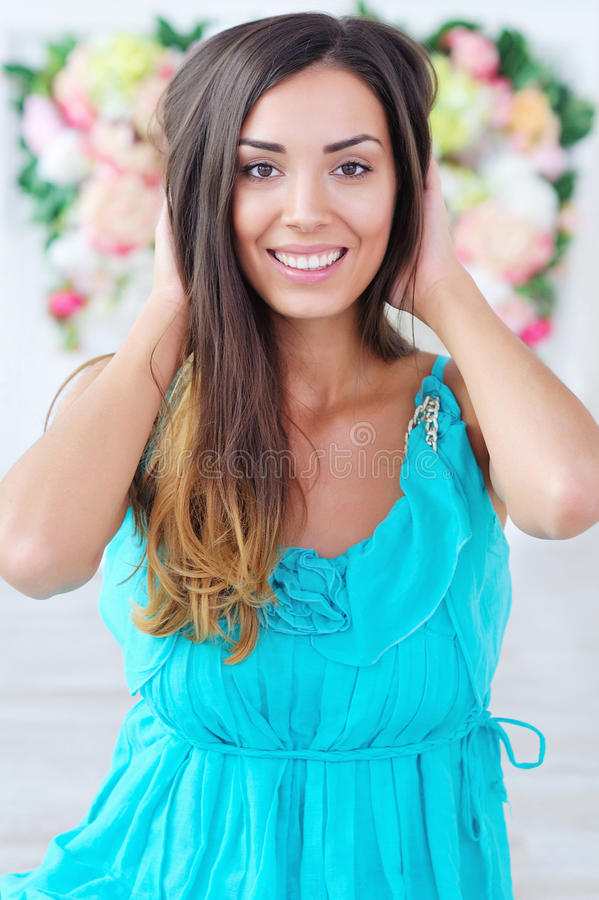Retrato bonito da mulher no fundo floral imagens de stock royalty free