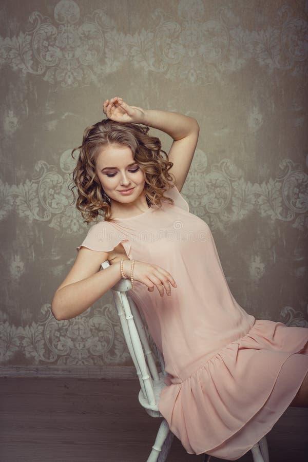 Retrato bonito da mulher no interior claro fotos de stock