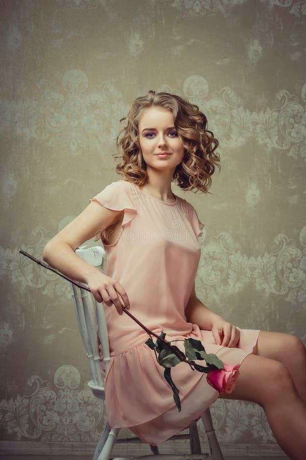 Retrato bonito da mulher no interior claro imagem de stock royalty free