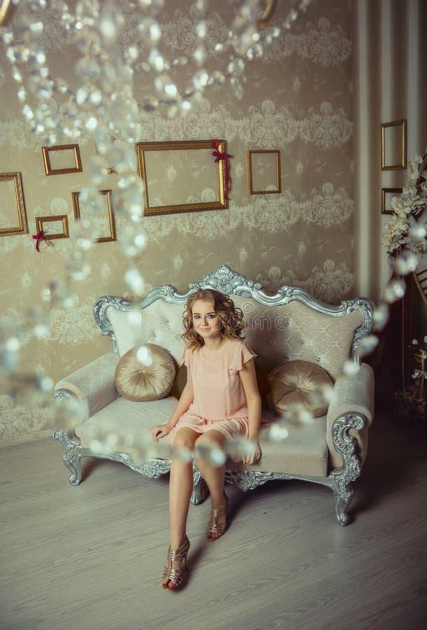 Retrato bonito da mulher no interior claro foto de stock royalty free