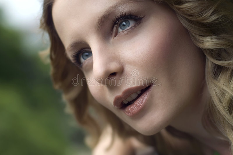 Retrato bonito da mulher nova foto de stock royalty free