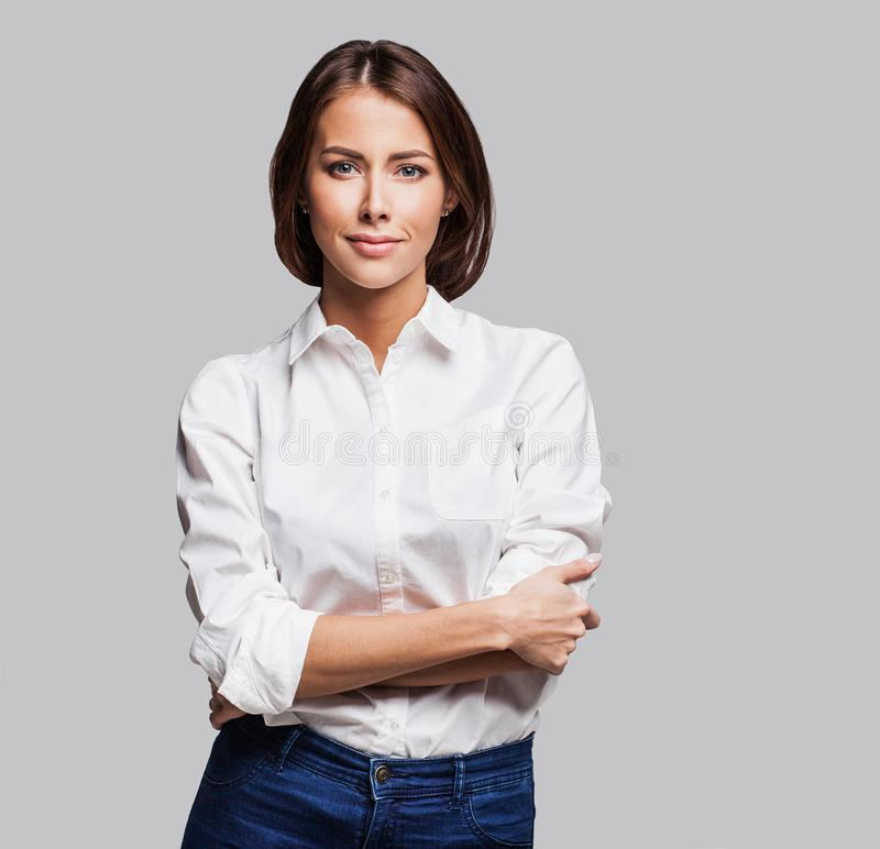 Retrato bonito da mulher nova Tiro do estúdio, isolado no fundo cinzento fotografia de stock royalty free